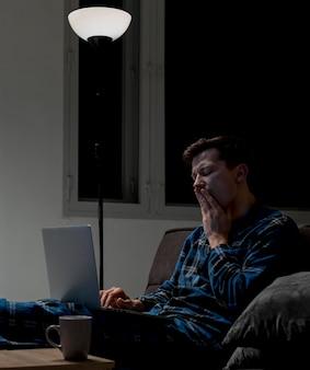 Jovem profissional trabalhando remotamente à noite