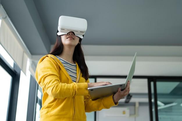 Jovem programador com óculos de realidade virtual para testar aplicativos 3d.