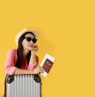Jovem pronta para viajar com mala e passaporte