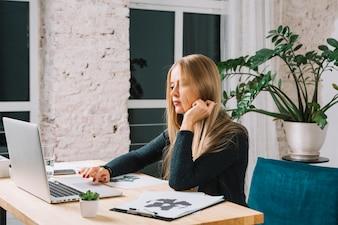Jovem, psicólogo, usando computador portátil, com, rorschach, inkblot, papel teste, ligado, tabela, escritório