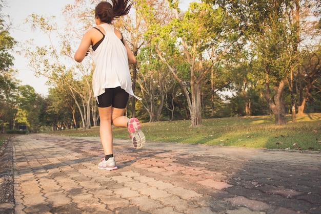 Jovem que trabalha em madeira, treina e se exercita para a resistência de maratona de corrida de fugas no nascer do sol da manhã. conceito de estilo de vida saudável e aprazível. imagens de estilo de efeito vintage.