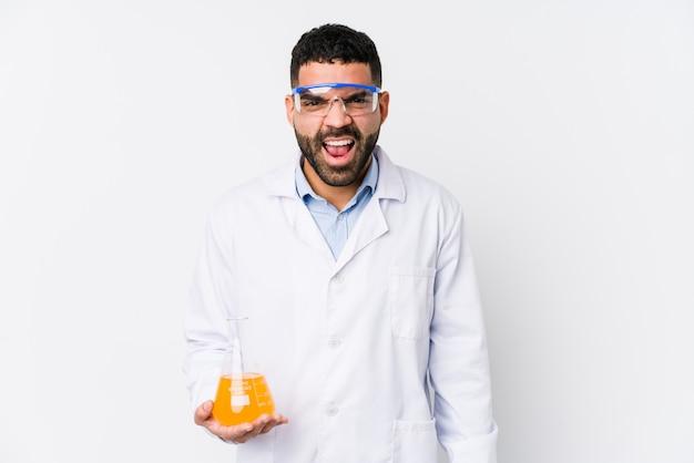Jovem químico árabe gritando muito irritado e agressivo.