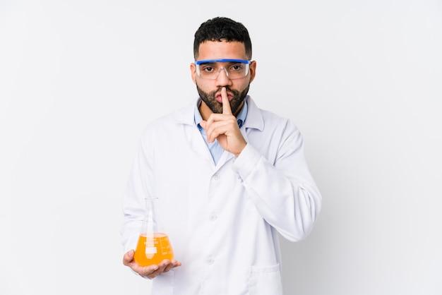 Jovem químico árabe mantendo um segredo ou pedindo silêncio.