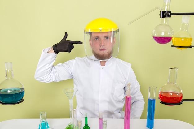 Jovem químico de visão frontal apontando seu capacete de proteção