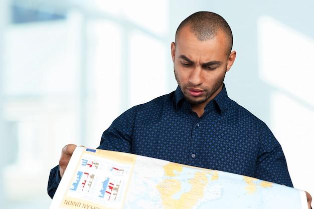 Jovem, raça misturada, homem, com, mapa