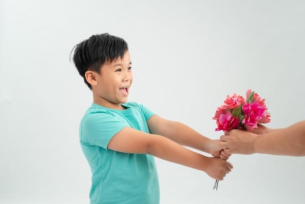 Jovem rapaz asiático dando um buquê de flores para a mulher