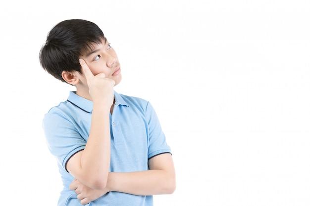 Jovem rapaz asiático pensando sobre fundo branco