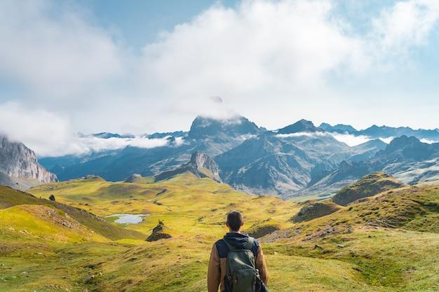 Jovem rapaz aventureiro caminhando pelas altas montanhas estilo de vida, relaxamento e liberdade