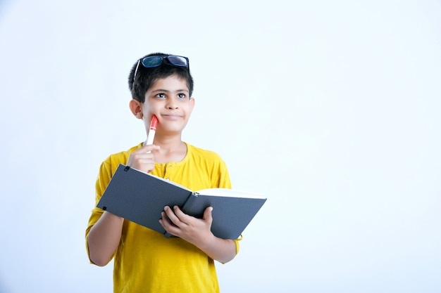Jovem rapaz bonito indiano com notebook