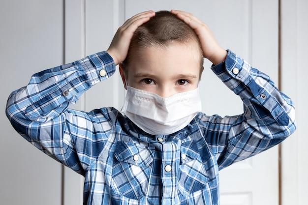 Jovem rapaz com olhos doloridos em uma máscara médica, segurando sua cabeça. proteção médica contra doenças transmitidas pelo ar, coronavírus.