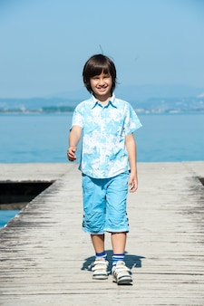 Jovem rapaz curtindo a praia