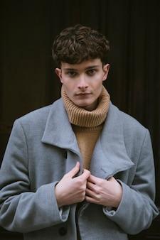 Jovem rapaz de retrato com casaco