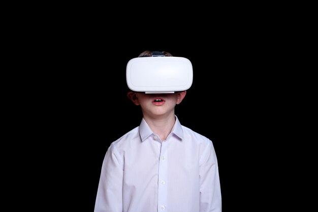 Jovem rapaz em um capacete de realidade virtual. camisa branca. preto
