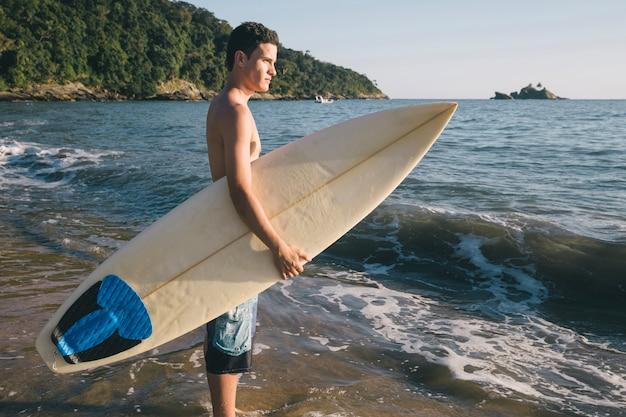 Jovem rapaz em um dia de surf