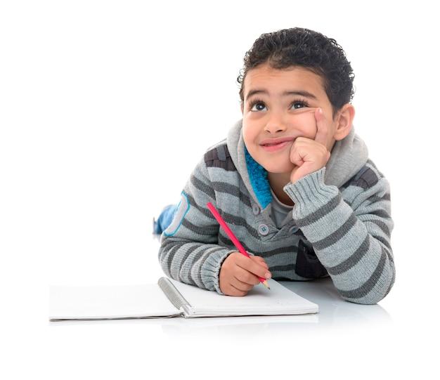 Jovem rapaz estudando pensando isolado na resposta