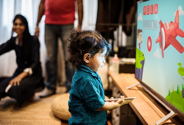 Jovem rapaz indiano assistindo televisão