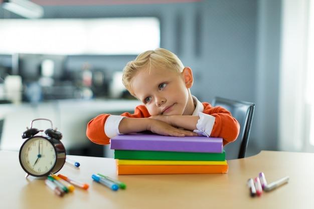 Jovem rapaz sente-se na recepção no escritório