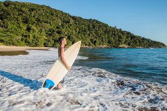 Jovem rapido para surfar