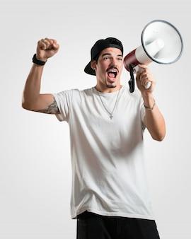 Jovem rapper homem animado e eufórico, gritando com um megafone, sinal de revolução e mudança, incentivando outras pessoas a mover-se, líder personalidade