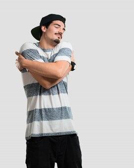Jovem rapper homem orgulhoso e confiante, apontando os dedos