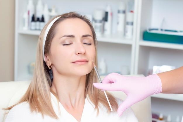 Jovem recebendo injeção cosmética de botox