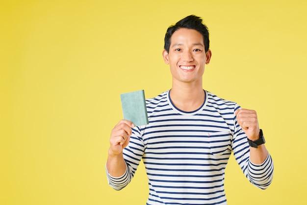 Jovem recebendo visto