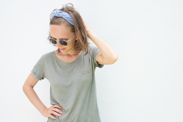 Jovem relaxada vestindo roupas de verão e óculos de sol