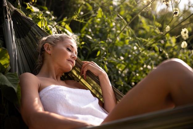 Jovem relaxando em um hotel spa ao ar livre