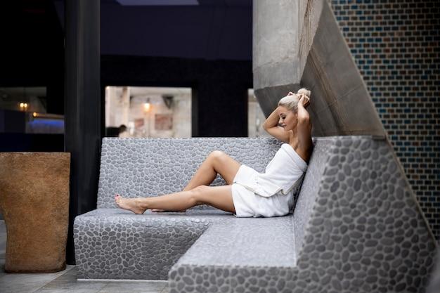 Jovem relaxando em um hotel spa