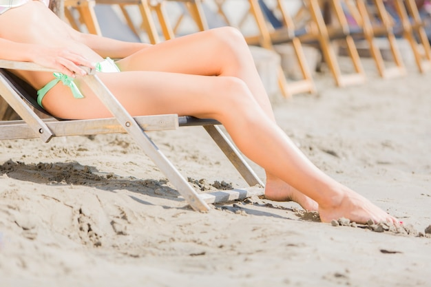 Jovem relaxando na praia