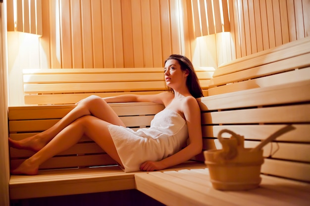 Jovem relaxando na sauna