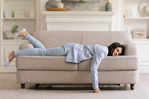 Jovem relaxando no sofá