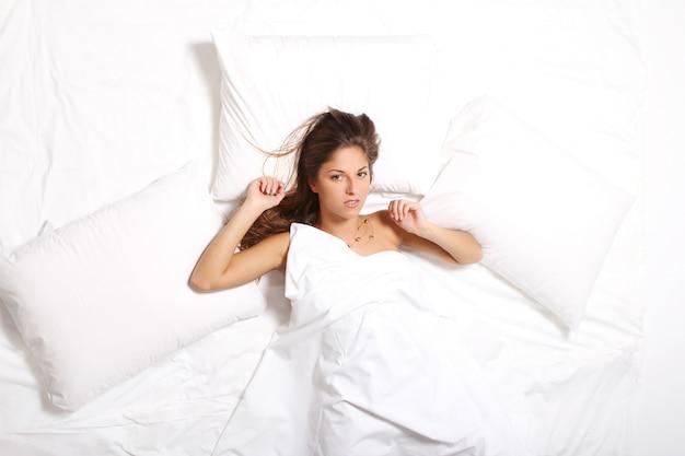 Jovem relaxante na cama de manhã