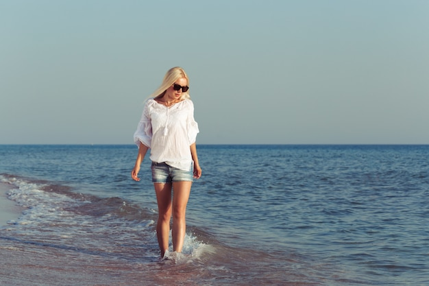 Jovem relaxante na praia