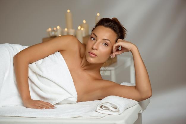 Jovem relaxante no salão spa.