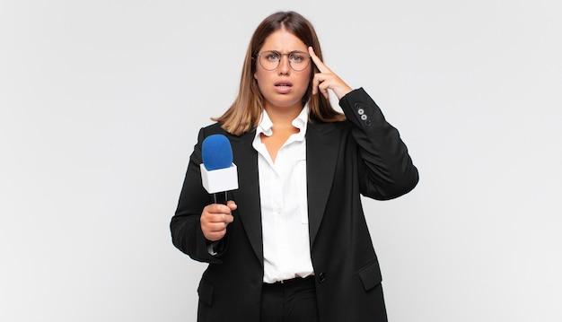 Jovem repórter parecendo surpresa, boquiaberta, chocada, percebendo um novo pensamento, ideia ou conceito