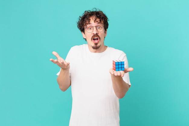 Jovem resolvendo um problema de inteligência espantado, chocado e perplexo com uma surpresa inacreditável