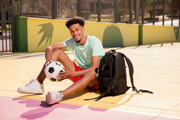 Jovem retrato com bola de futebol