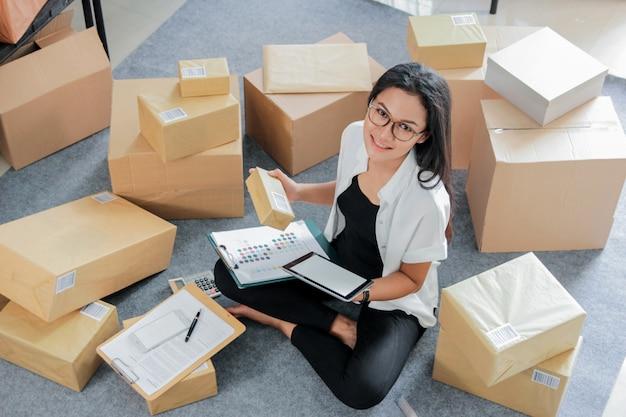 Jovem retrato com negócios on-line trabalhando em casa