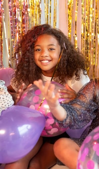 Jovem retrato em festa com balões