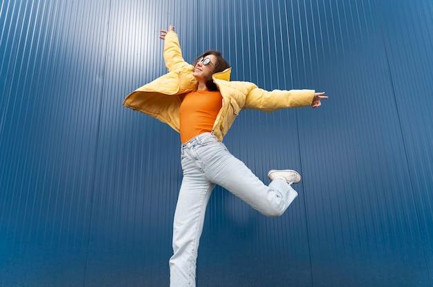Jovem retrato pulando