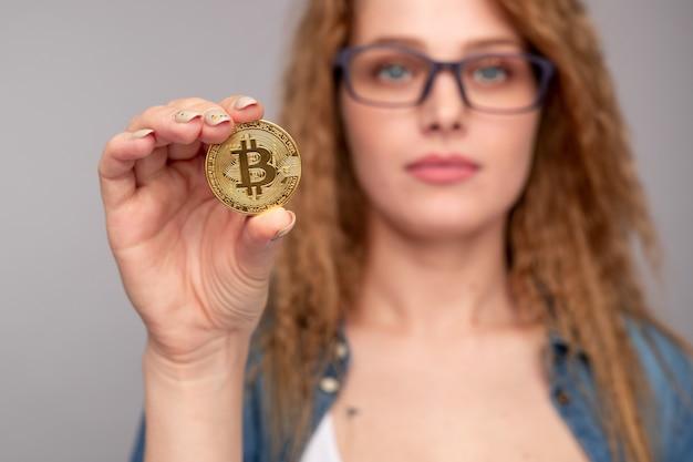 Jovem rica demonstrando bitcoin