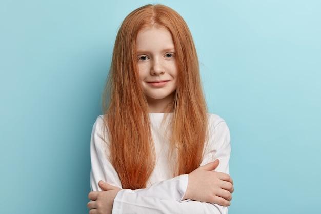 Jovem ruiva com cabelo liso