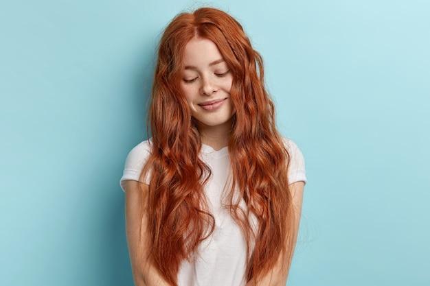 Jovem ruiva com cabelo ondulado