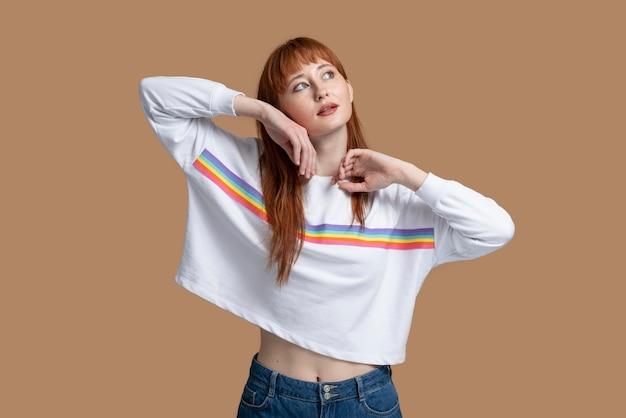 Jovem ruiva com o símbolo do arco-íris