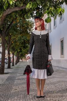 Jovem ruiva em um vestido vintage retrô