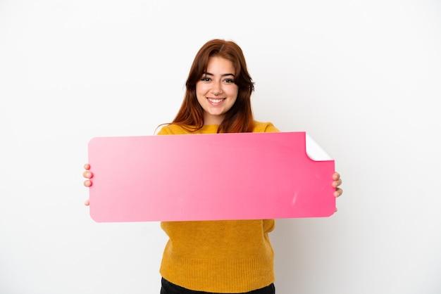 Jovem ruiva isolada em um fundo branco segurando um cartaz vazio