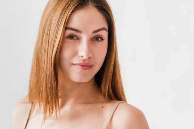 Jovem ruiva mulher confiante sorrindo