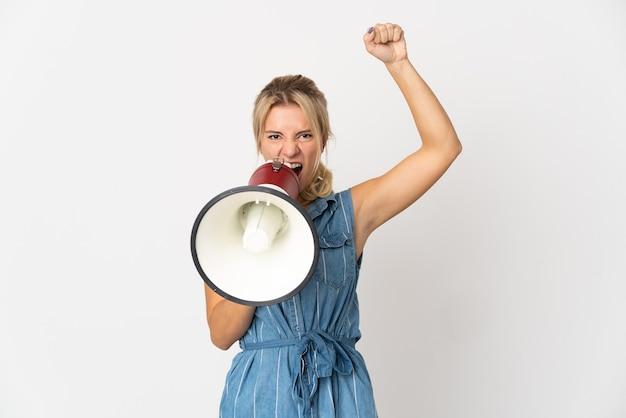 Jovem russa isolada no fundo branco gritando em um megafone para anunciar algo
