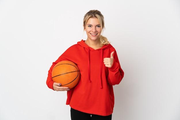 Jovem russa isolada no fundo branco jogando basquete e com o polegar para cima